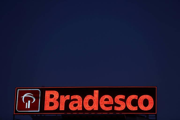 Logo do Bradesco vermelho em fundo azul escuro.
