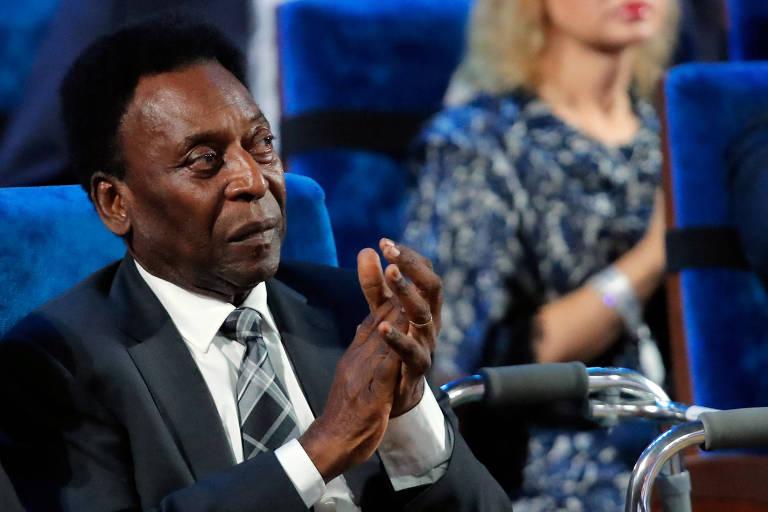 Pelé aplaude durante o sorteio da Copa do Mundo de 2018