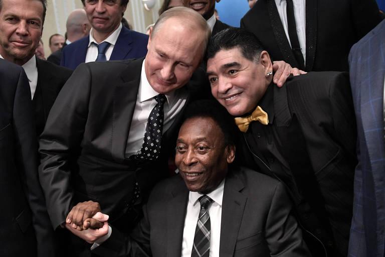 Pelé, o presidente da Rússia, Vladimir Putin (à esq.) e o argentino Diego Maradona (à dir.) no sorteio da Copa do Mundo da Rússia