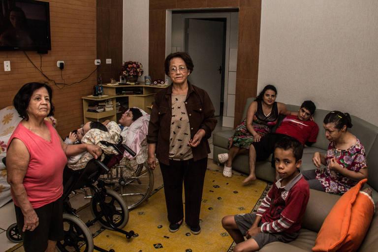 As irmãs Jacira Bueno Machado, 75 (de óculos), e Alba, 70, à esquerda, com seus filhos em Campo Mourão (PR)