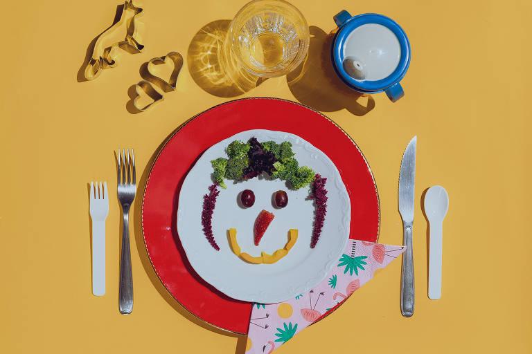 Prato infantil com legumes desenhando uma carinha feliz