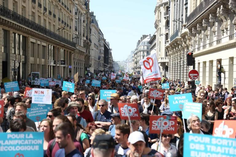 Manifestantes em protesto contra políticas econômicas de Emmanuel Macron, em Paris