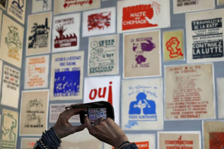 Cartazes exibidos em exposição sobre o Maio de 1968 na Escola de Belas Artes de Paris