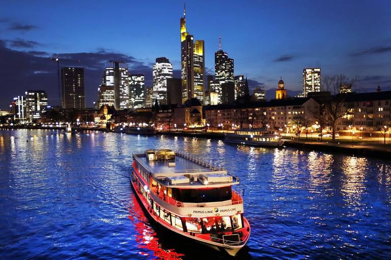 Barco de excursão navegando no rio Meno em Frankfurt