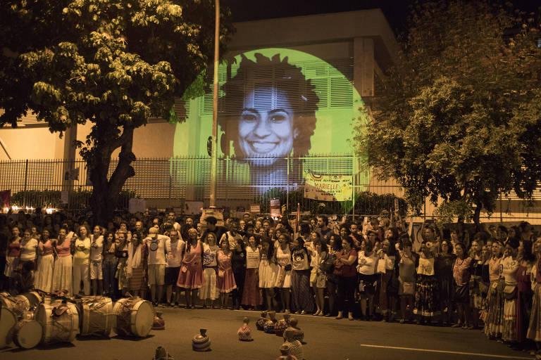 Imagem de Marielle Franco é projetada durante protesto realizado no local onde a vereadora e o motorista Anderson Gomes foram mortos, no Rio
