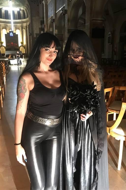 De véu, Sandy posa ao lado da figurinista que a preparou para a gravação do clipe