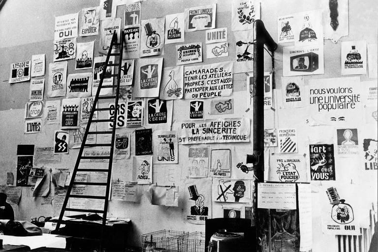 escada sobre cartazes de 68