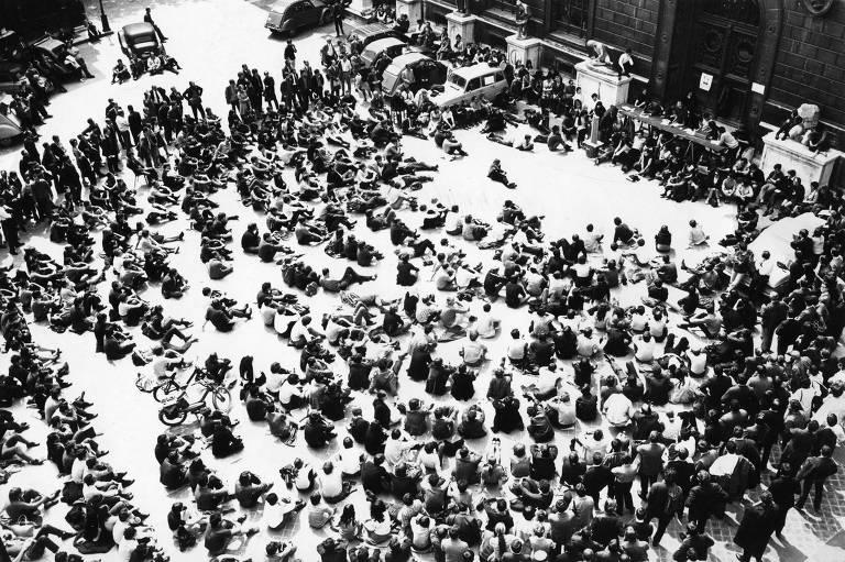 alunos sentados no chão