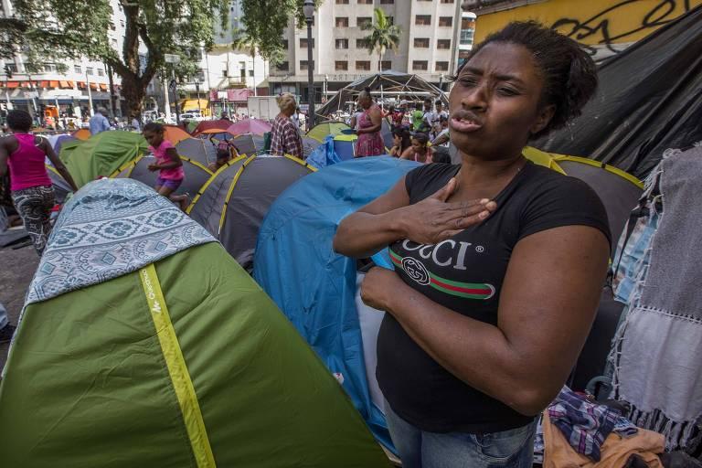 Foto publicada pela Folha mostra Ana Paula Arcangelo dos Santos, 47, no Paysandu. Foi a partir dessa imagem que filho localizou a mãe no Brasil