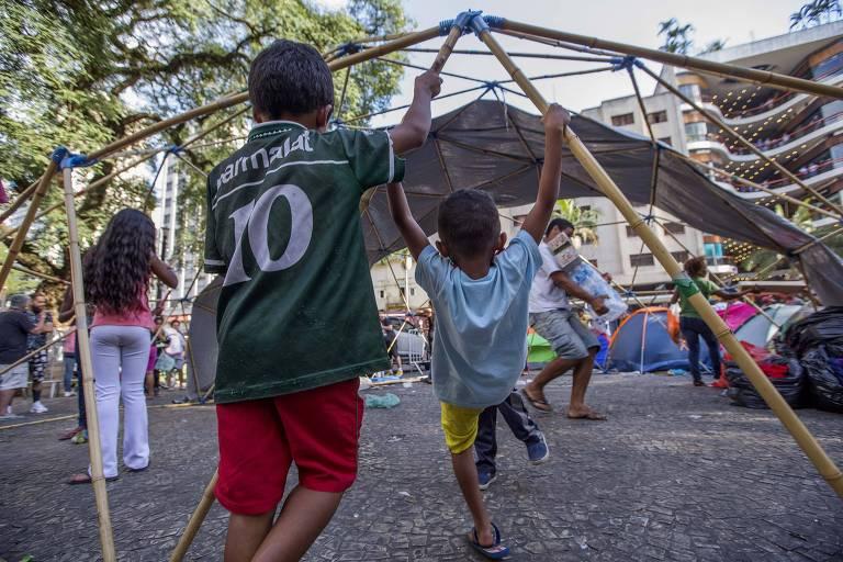 Crianças acampadas