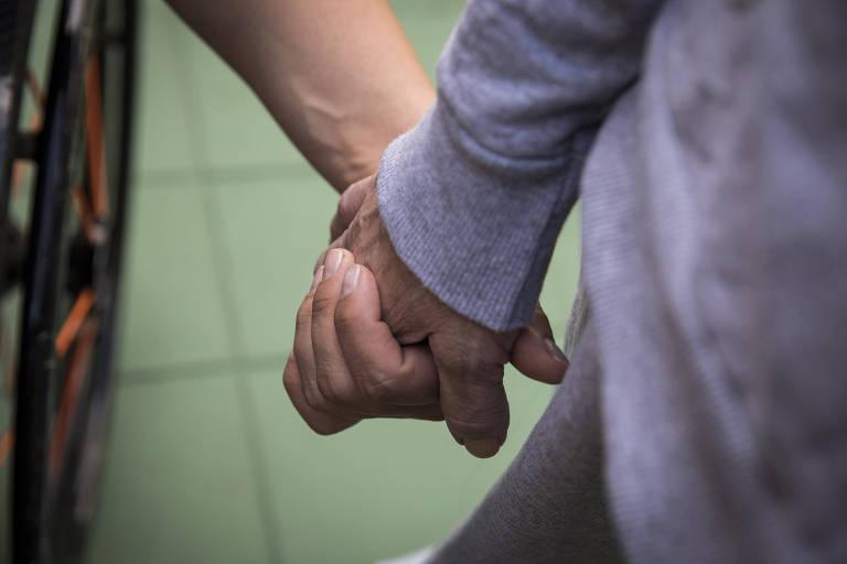 Brasil não valoriza cuidadores de idosos