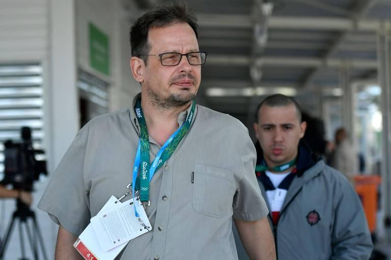 O jornalista alemão Hajo Seppelt ao deixar entrevista coletiva da organização dos Jogos Olímpicos, em 2016, no Rio de Janeiro