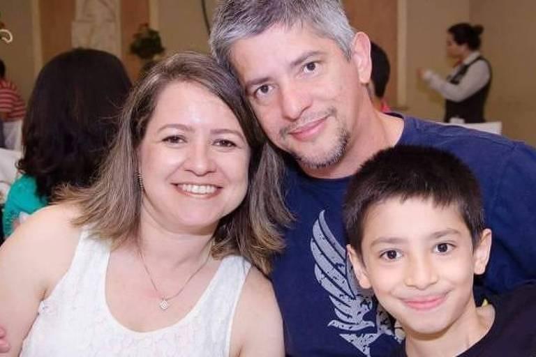 Paulo abraça a mulher e o filho Paulo Henrique