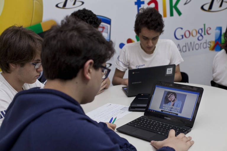 Alunos do 9º ano do colegio Magister assistem a aula sobre fake news