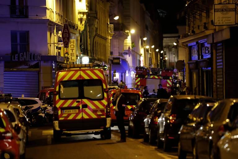 Ataque com faca a pedestres deixa um morto — Paris