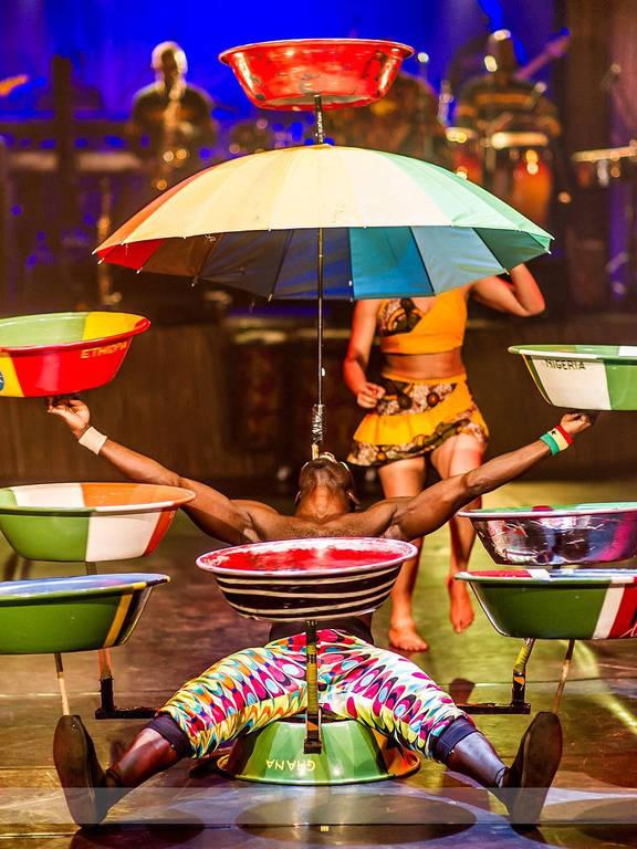 O artista ganês Isaac Tettey Quaye faz número de equilíbrio