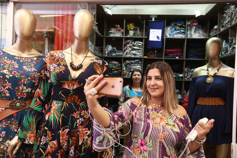 A  youtuber Ruama Melo grava vídeo em loja do Brás, no centro de São Paulo