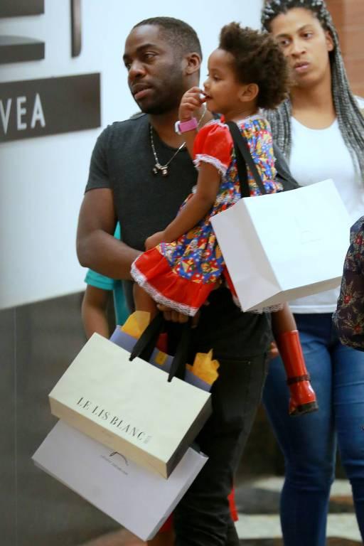Lázaro Ramos vai às compras com sua filha, Maria Antônia, no Shopping da Gávea, na zona sul do Rio