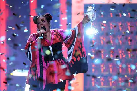 TOPSHOT - Israel's singer Netta Barzilai aka Netta performs with the trophy after winning the final of the 63rd edition of the Eurovision Song Contest 2018 at the Altice Arena in Lisbon, on May 12, 2018. / AFP PHOTO / Francisco LEONG