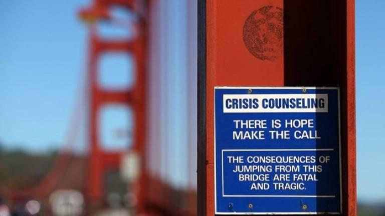 Aviso de prevenção ao suicídio na Ponte Golden Gate, nos EUA, é uma das sugestões dadas pela OMS