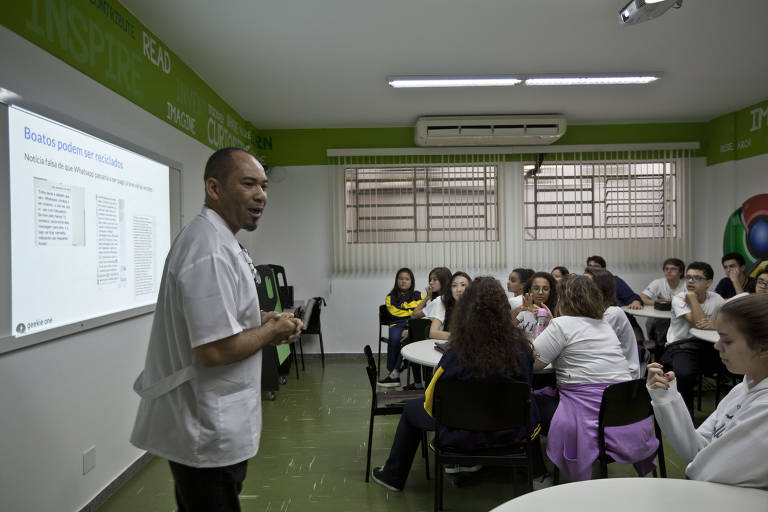 Professor utiliza plataforma Geekie para dar aulas sobre fake news a alunos do 9º ano em São Paulo