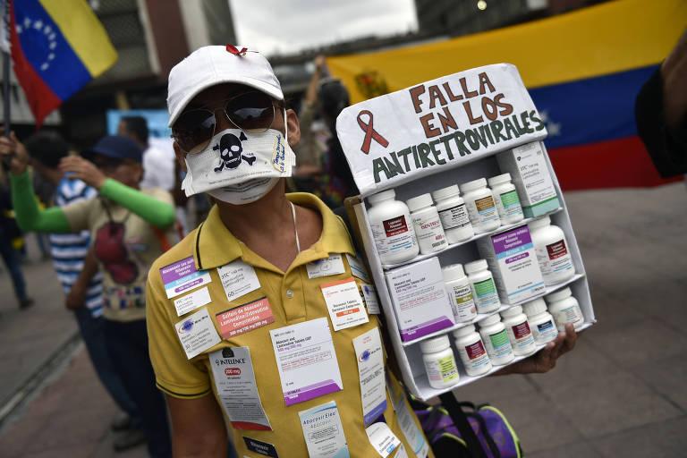 Pacientes, alguns deles portadores de HIV, e seus parentes protestam em frente ao Ministério da Saúde venezuelano, em Caracas, por causa da falta de medicamentos e equipamentos médicos