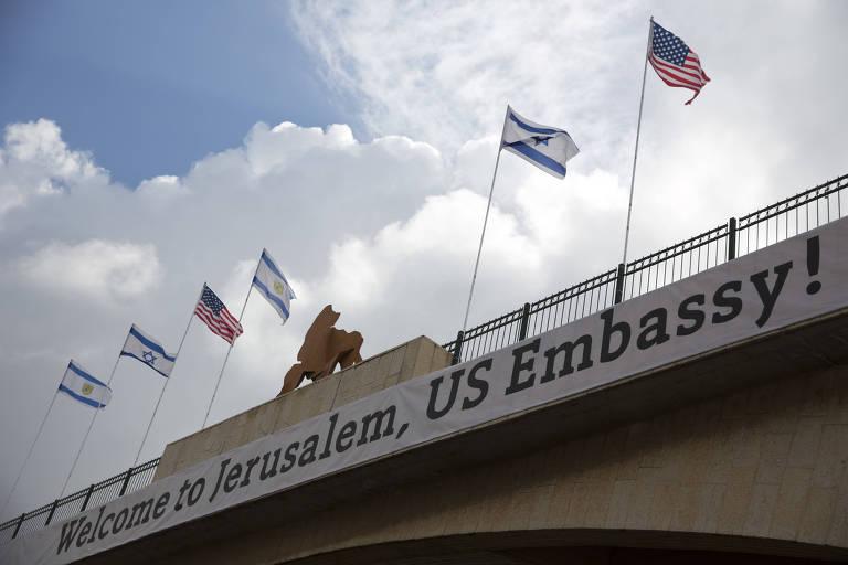 Faixa em ponte celebra a abertura da embaixada americana em Jerusalém