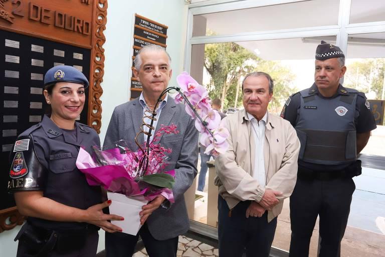 Governador de São Paulo, Márcio França (PSB) entrega flores à cabo Katia Sastre na zona leste