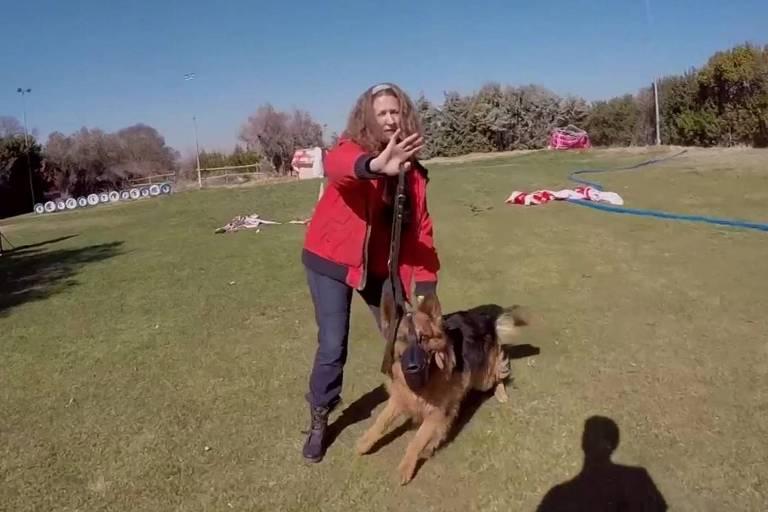 Gema Abad, uma das beneficiárias do programa, relatou à BBC que o cão afastou um antigo agressor da porta de sua casa