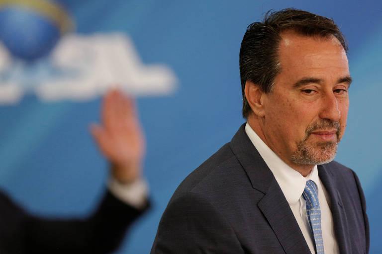 O ministro da Saúde, Gilberto Occhi, olha de lado durante sua cerimônia de posse, em abril