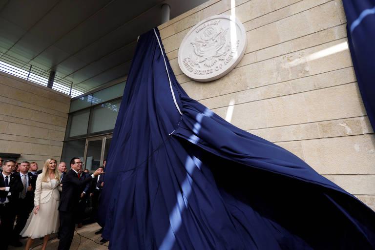 O secretário do Tesouro dos EUA, Steven Mnuchin, inaugura a placa comemorativa na embaixada em Jerusalém, tendo a seu lado Ivanka, filha de Donald Trump