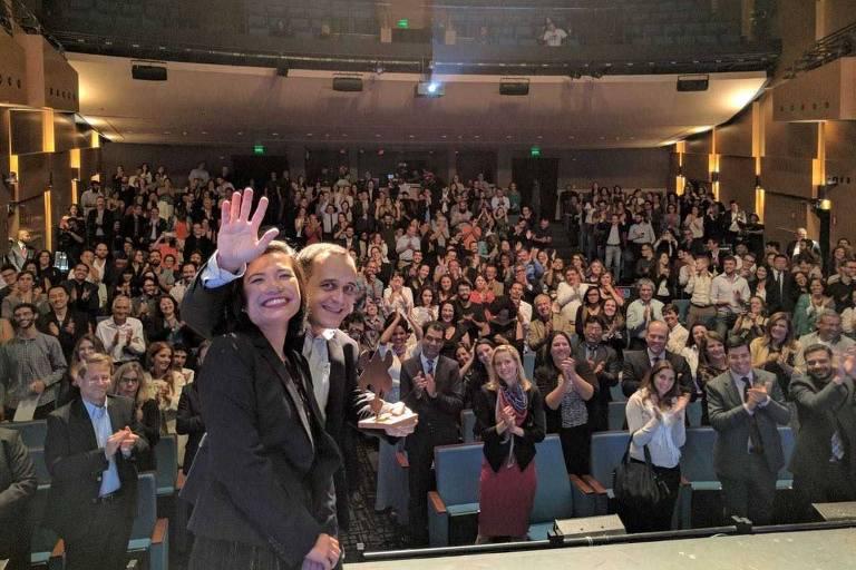 Carlos Pereira, fundador do Livox e ganhador do Prêmio Empreendedor Social de 2016, ao lado de Karen Demavivas, então chefe para as Américas da Fundação Schwab, na cerimônia de 2016