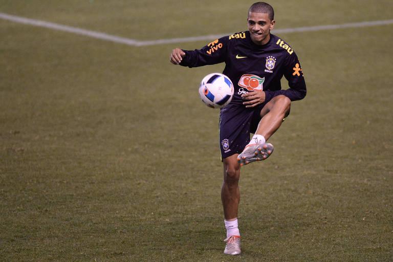 Taison durante treino da seleção brasileira no Equador, em 2016