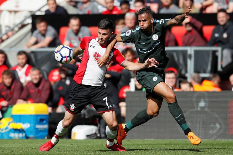 Danilo (à dir.) disputa bola com Shane Long em partida do Manchester City contra o Southampton, pelo Campeonato Inglês