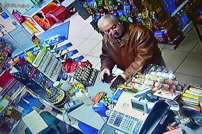 Imagem de câmera de segurança mostra o ex-espião russo Sergei Skripal em loja em Salisbury, na Inglaterra