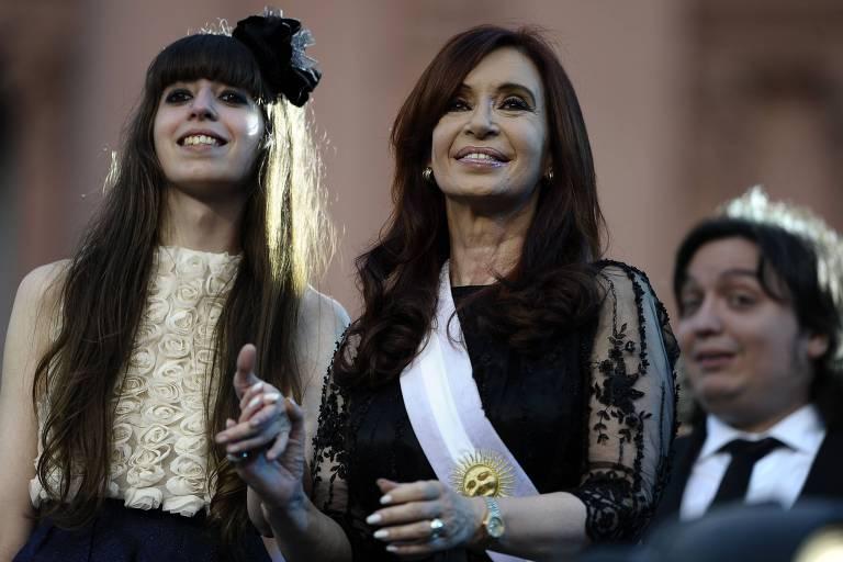 Cristina Kirchner sorri durante a cerimônia de sua posse como presidente, em Buenos Aires; à esquerda, sua filha Florencia, e ao fundo, seu filho Maximo