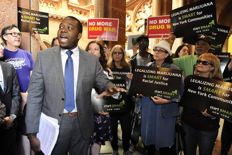 Protesto em favor da legalização da maconha na assembleia do estado de Nova York, em Albany