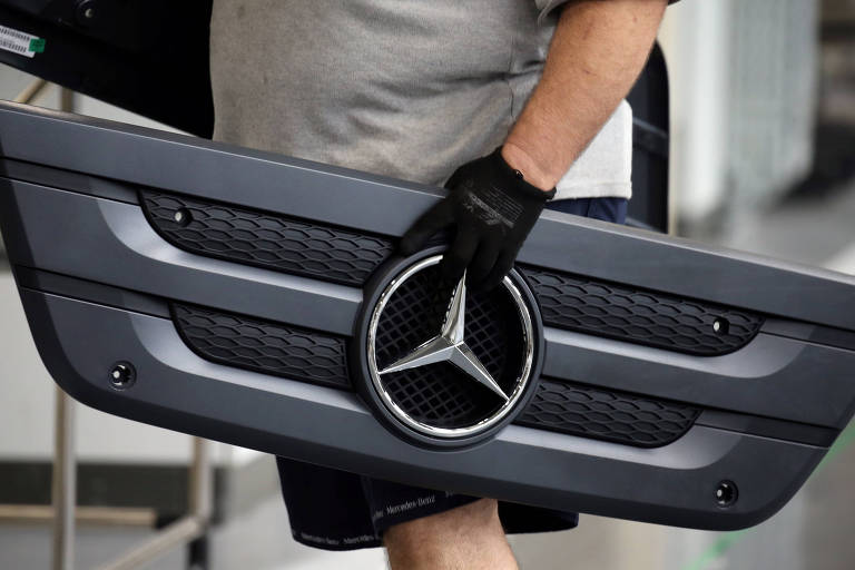 Funcionário carrega peça de automóvel na fábrica da Mercedes-Benz em São Bernardo do Campo, grande São Paulo