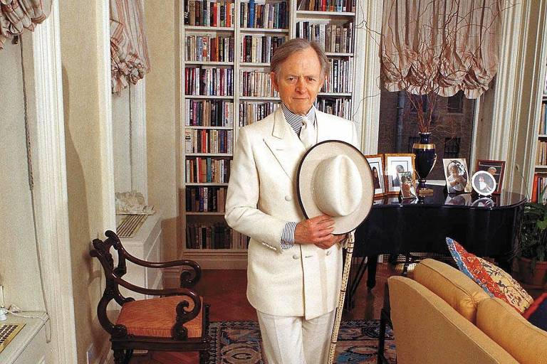 O escritor e jornalista Tom Wolfe, em 1998, no seu apartamento em Nova York (EUA), vestindo terno branco, sua vestimenta por mais de 30 anos