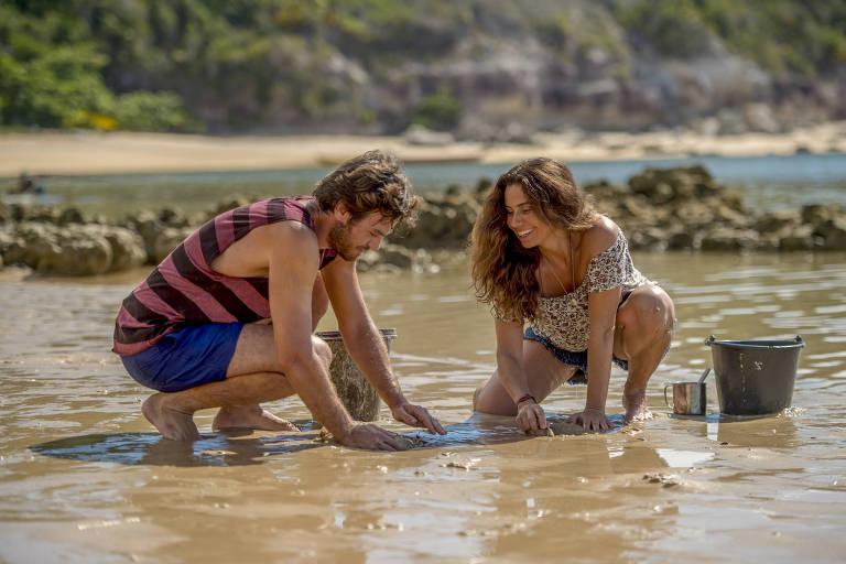 Beto (Emilio Dantas) tenta catar marisco com Luzia (Giovanna Antonelli)