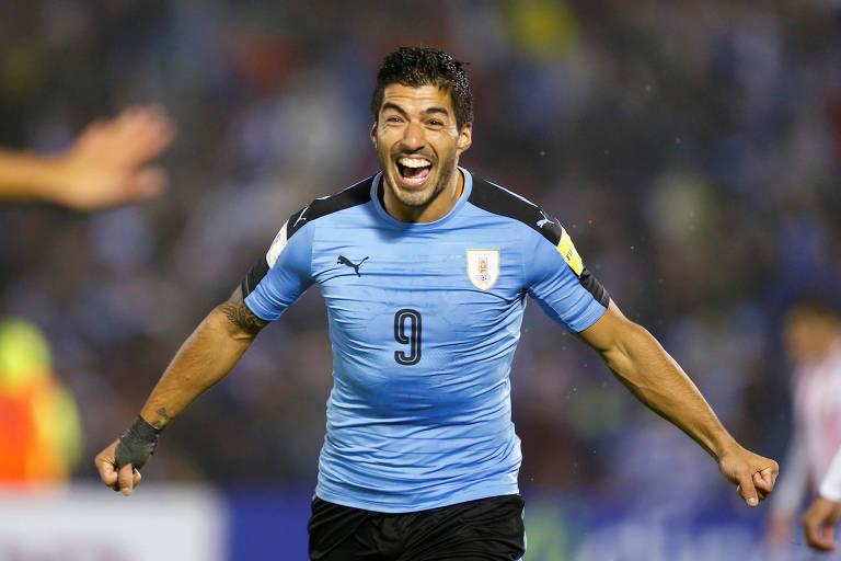 Luis Suárez comemora gol diante do Paraguai, em Montevidéu, pelas eliminatórias