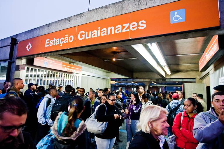 Movimento de passageiros na estação Guaianazes da CPTM, em São Paulo