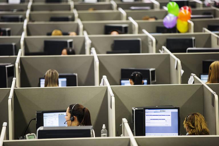Funcionários em call center em São Paulo