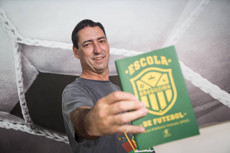 """""""Escola Brasileira de Futebol"""" de Paulo Vinícius Coelho, colunista da Folha, foi um dos lançamentos futebolísticos de 2018"""