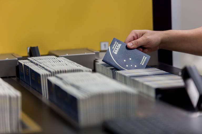 Imagem do passaporte brasileiro; documento tem sito suspensos pela Justiça para forçar pagamento de dívidas
