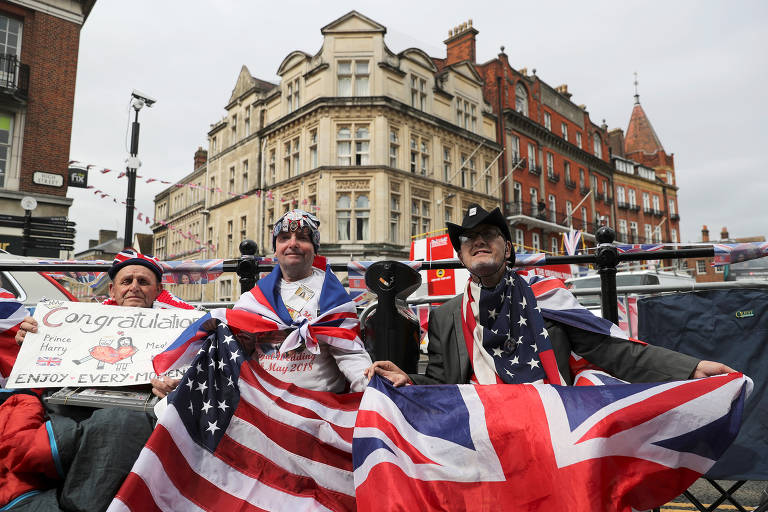 Fãs da família real se aglomeram em frente ao Castelo de Windsor às vésperas do casamento do príncipe Harry com Meghan Markle