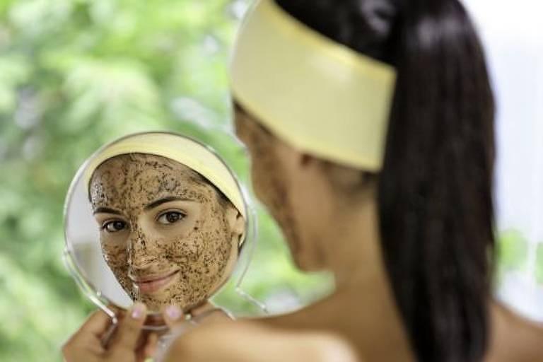 Microesferas presentes em esfoliantes de rosto e em outros produtos são poluidoras e acabaram proibidas no Reino Unido