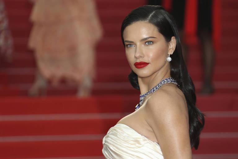 A modelo brasileira Adriana Lima posa para fotos antes da exibição do filme