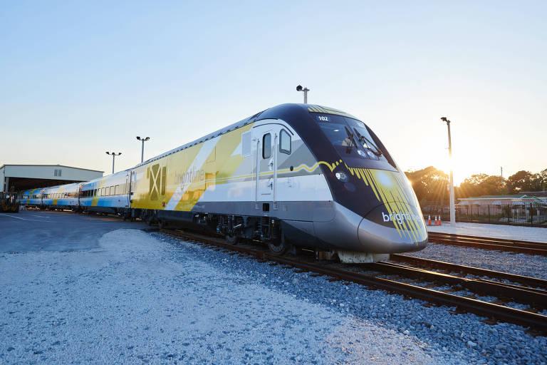 Exterior do trem de alta velocidade da Brightline que faz viagens entre West Palm Beach, Fort Lauderdale e Miami, na Flórida (EUA)