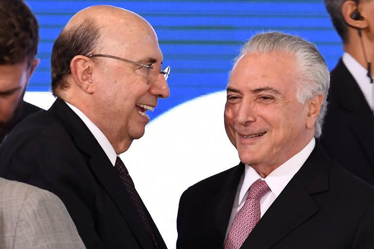 O presidente, Michel Temer, e o ministro da Fazenda, Henrique Meirelles, sorriem em cerimônia pelos dois anos de governo.
